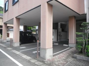 医院建物玄関横の第二駐車場