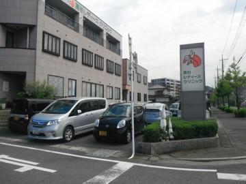 医院建物正面の第一駐車場